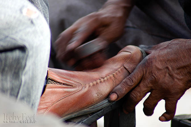Peruvian shoeshiner with a bent pinky finger